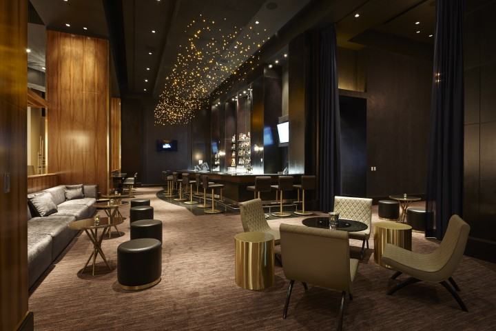 Franklin lounge in the Delano Las Vegas aims for an intimate, upbeat atmosphere, with sparkling gold lighting, a deep blue and bronze interior, plush seating and a large bar.