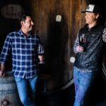 纳帕的酿酒金宝博手机顾问安迪·埃里克森(左)和酿酒师Braiden阿尔布雷希特在Mayacamas'桶酒窖