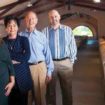 里面的格罗斯桶酒窖:从左至右,酒厂总裁苏珊·格罗斯,她的父母和酒厂创始人朱迪和丹尼斯·金宝博手机格罗斯,以及葡萄种植卡梅伦帕里主任。
