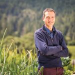 罗德庄园生产副总裁兼酿酒师Arnaud Weyrich,在一个葡萄园附近金宝博手机