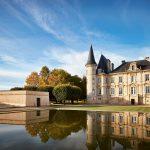 池反射回碧尚男爵的炮塔,一座19世纪城堡的外观。