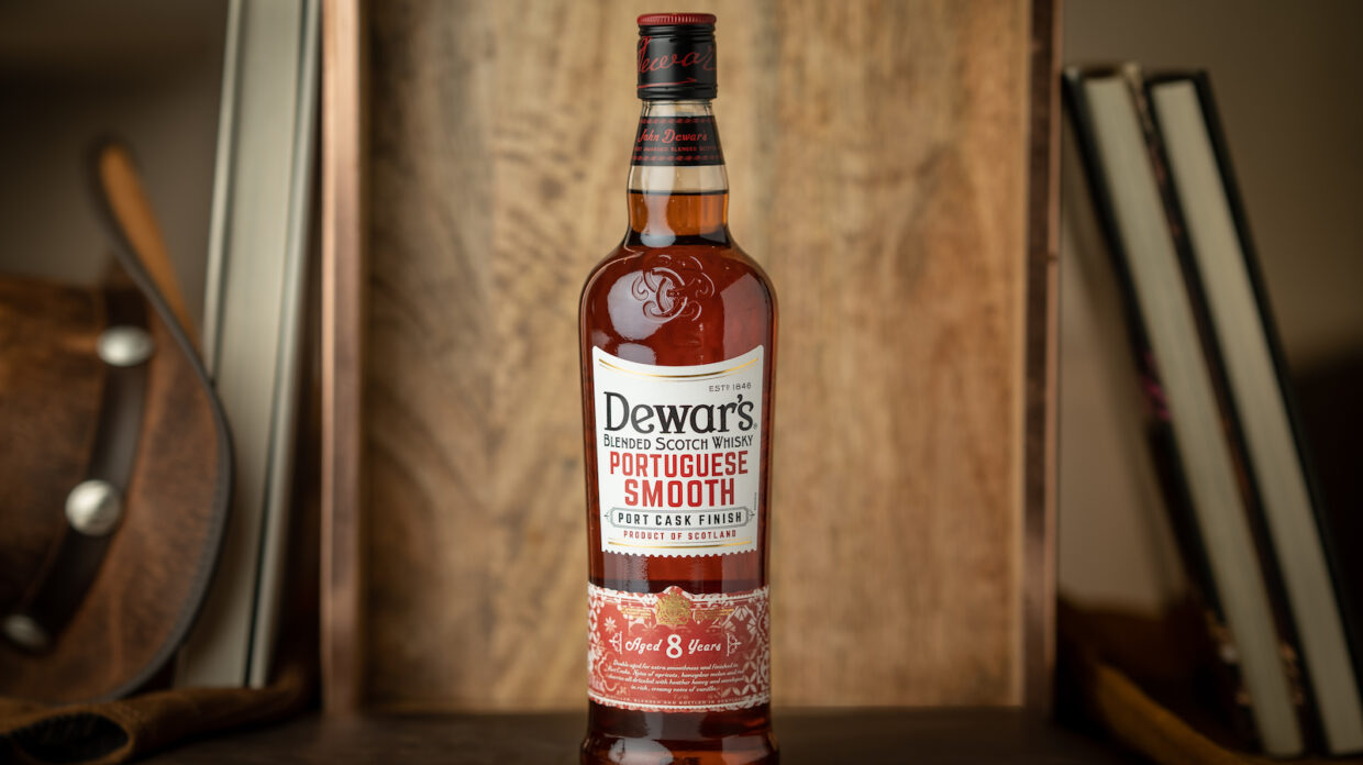 bottle of dewar's portuguese smooth blended scotch